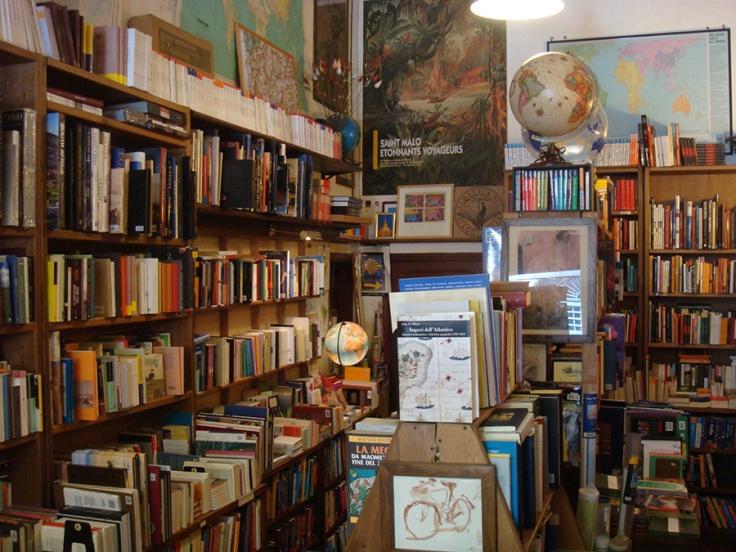 libreria del viaggiatore scaffali