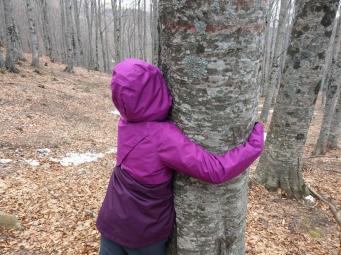 valentina e bambini con albero